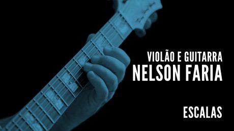 """Nelson Faria segura sua guitarra Condor com título """"Violão e Guitarra - Nelson Faria - Escalas"""""""