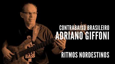 "Adriano Girffoni segura seu baixo com o título ""Contrabaixo Brasileiro - Adriano Giffoni - Ritmos Nordestinos"""