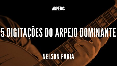 Nelson Faria segurando sua guitarra